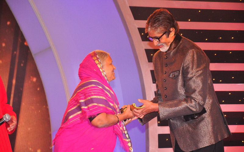 Amitabh Bachchan Felicitating Sindhutai Sapkal at CNN IBN Senior Citizen Awards